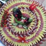 dekoracija ovala sa pršutom i sirom